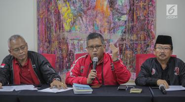 Sekjen PDIP Hasto Kristiyanto (tengah) didampingi Kepala BSPN PDIP Arif Wibowo dan Ketua Bidang Bappilu DPP PDI Perjuangan (PDIP), Bambang DH saat mengumumkan hasil pemilihan presiden 2019 dan legislatif di kantor DPP PDIP, Jakarta Pusat, Senin (22/4). (Liputan6.com/Faizal Fanani)