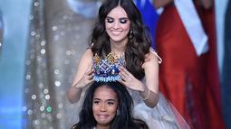 Miss World 2018 Vanessa Ponce mahkota kepada Miss Jamaika, Toni-Ann Singh seusai terpilih menjadi Miss World 2019 pada grand final di ExCeL, London, Sabtu (14/12/2019). Toni-Ann, 23, berhasil menyingkirkan 100 wanita tercantik dari berbagai negara. (DANIEL LEAL-OLIVAS / AFP)