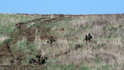 Para tentara Israel terlihat di Dataran Tinggi Golan yang diduduki Israel pada 18 November 2020. Sebanyak 10 tentara Suriah dan pejuang pro-pemerintah tewas akibat serangan baru Israel terhadap situs-situs militer Suriah di ibu kota Damaskus jelang Rabu (18/11) dini hari. (Xinhua/JINI/Gil Eliyahu)
