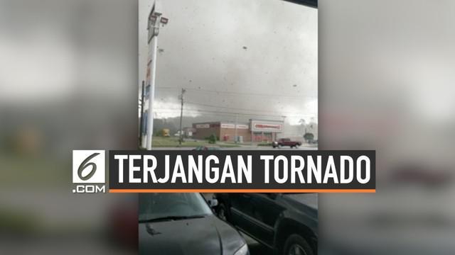 Tornado yang menerjang wilayah Indiana membuat sebuah pusat perbelanjaan hancur. Tak hanya itu, saluran listrik juga terputus. Beruntung, tak ada korban jiwa dalam peristiwa ini.