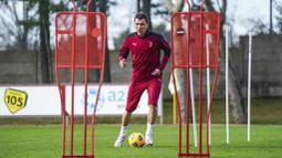 Striker baru AC Milan, Mario Mandzukic, melakukan latihan perdana di Pusat Latihan AC Milan, Selasa (19/1/2021). Kehadiran Striker veteran asal Kroasia ini akan menambah ketajaman lini depan AC Milan. (Spada/LaPresse via AP)