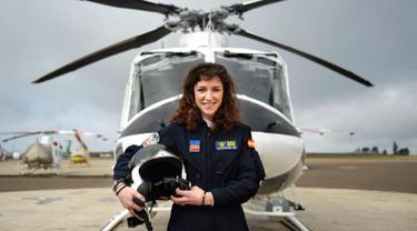 Carla Rozalen, 29 tahun berpose di depan helikopter utilitas bermesin ganda Bell 412 di FAASA Group di Palma del Rio, Cordoba (27/2). Carla merupakan satu-satunya pilot wanita Grup Faasa dan bekerja menangani kebakaran hutan.  (AFP Photo/Cristina Quicler)