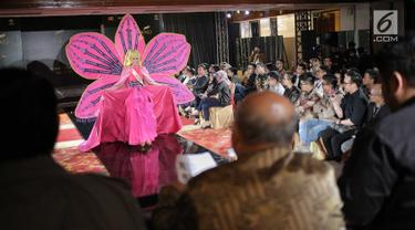 Finalis Maluku, Angelika S. menampilkan bakat dalam balutan busana tradisional dari daerahnya saat babak preliminary Miss Grand Indonesia 2018 di Jakarta, Senin (16/7). Sebanyak 30 finalis mencapai babak preliminary. (Liputan6.com/Faizal Fanani)