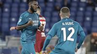 Dua pemain AC Milan, Franck Kessie dan Ante Rebic, yang menjadi pencetak gol ke gawang AS Roma dalam laga jornada 24 Serie A, Senin (1/3/2021) dini hari WIB. AC Milan menang 2-1 dalam pertandingan tandang mereka. (AP Photo/Gregorio Borgia)