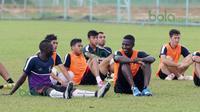 Makan Konate (kiri) dan Abdoulaye Maiga berbincang disela-sela latihan T-Team di Lapangan Gong Badak, Kuala Terengganu, Malaysia, Selasa (26/01/2016). (Bola.com/Nicklas Hanoatubun)
