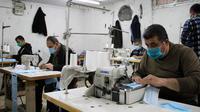 Sejumlah pekerja Palestina membuat masker di sebuah pabrik di Gaza City (13/4/2020). Palestina pada Senin (13/4) mengatakan jumlah kasus terkonfirmasi COVID-19 meningkat menjadi 308, termasuk 36 kasus di Yerusalem Timur. (Xinhua/Rizek Abdeljawad)