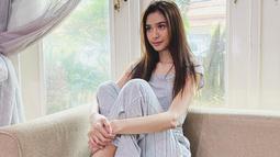 Gaya kasual seakan sudah menjadi andalan wanita 26 tahun ini. Seperti sedang bersantai di rumah, kekasih Deva Mahenra ini tampil stylish dengan kaus berwarna abu-abu yang dipadukan dengan celana senada. (Liputan6.com/IG/@miktambayong)