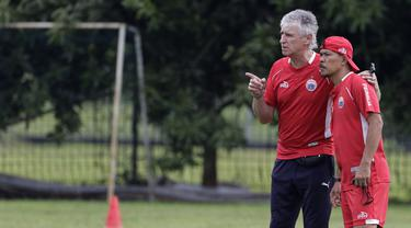 Pelatih Persija Jakarta, Ivan Kolev, berdiskusi dengan Mustaqim. (Bola.com/Yoppy Renato)