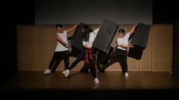 Ufa Sofura dan para penari lainnya mengeksplorasi tari dengan konsep hitungan dan irama 8 ketukan.