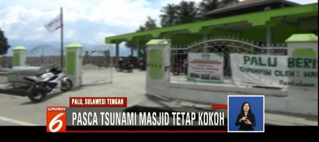 Pengurus masjid bahkan menunjukan sejumlah buku di dalam masjid yang tetap kering meski air tsunami menerjang kawasan tersebut.