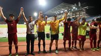 Ho Tuan Tai (27) tertunduk saat memberi penghormatan pada suporter Vietnam di Stadion Selayang, Selangor (22/8//2017). (Bola.com/Dok. VFF)