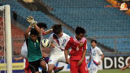 Penjaga Gawang Laos, Bounpaseuth Niphavong (nomor 1) harus berjuang keras menahan gempuran serangan pemain Korea Selatan (Liputan6/ Helmi Fithriansyah)