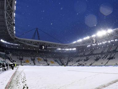 Suasana Allianz Stadium di Turin, Italia, (25/2). Salju tebal yang menutupi lapangan membuat pertandingan lanjutan Serie A Italia antara Juventus melawan Atalanta harus ditunda. (Alessandro Di Marco / ANSA via AP)