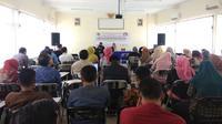 Sekitar 130 guru Pancasila di Garut tengah fokus mengikuti kelas jurnalis yang digelar MGMP – PPKN (Liputan6.com/Jayadi Supriyadin)