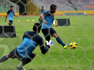 Zulham Malik Jamrun mencoba mengecoh penjaga gawang Nurul Huda dalam latihan yang digelar Selasa sore.  (Liputan6.com/Helmi Fithriansyah)