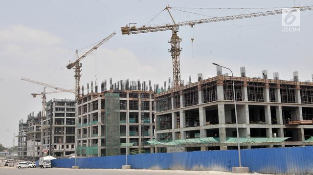 Pemandangan proyek tower Apartemen Meikarta di Cikarang, Bekasi, Jawa Barat, Kamis (11/10). Pengerjaan proyek Meikarta tetap berjalan meski KPK menetapkan adanya suap perizinan lahan seluas 774 hektare tersebut. (Merdeka.com/Iqbal Nugroho)