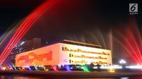 Pemandangan Gedung MPR/DPR/DPD berhias lampu warna-warni yang diletakan di bawah kolam air mancur, Jakarta, Rabu (18/7). Lampu warna-warni ini dipasang untuk menyambut HUT ke-73 RI. (Lipputan6.com/JohanTallo)