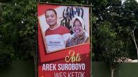 Gambar alat peraga kampanye bergambar Wali Kota Tris Rismaharini yang digugat oleh paslon Machfud Arifin-Mujiaman di Pilkada Surabaya. (Foto: Liputan6/Dian Kurniawan)