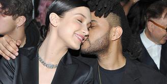 Bella Hadid dan The Weeknd terlihat mesra saat kencan di Matsuhisa, Beverly Hills, 1 Juli lalu. (Nova 969)
