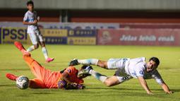 Pemain Persela Lamongan, Jabar Sharza (kanan) berebut bola dengan kiper Persebaya Surabaya, Andhika Ramadhani dalam laga pekan ke-8 BRI Liga 1 2021/2022 di Stadion Maguwoharjo, Sleman, Kamis (21/10/2021). (Bola.com/Bagaskara Lazuardi)