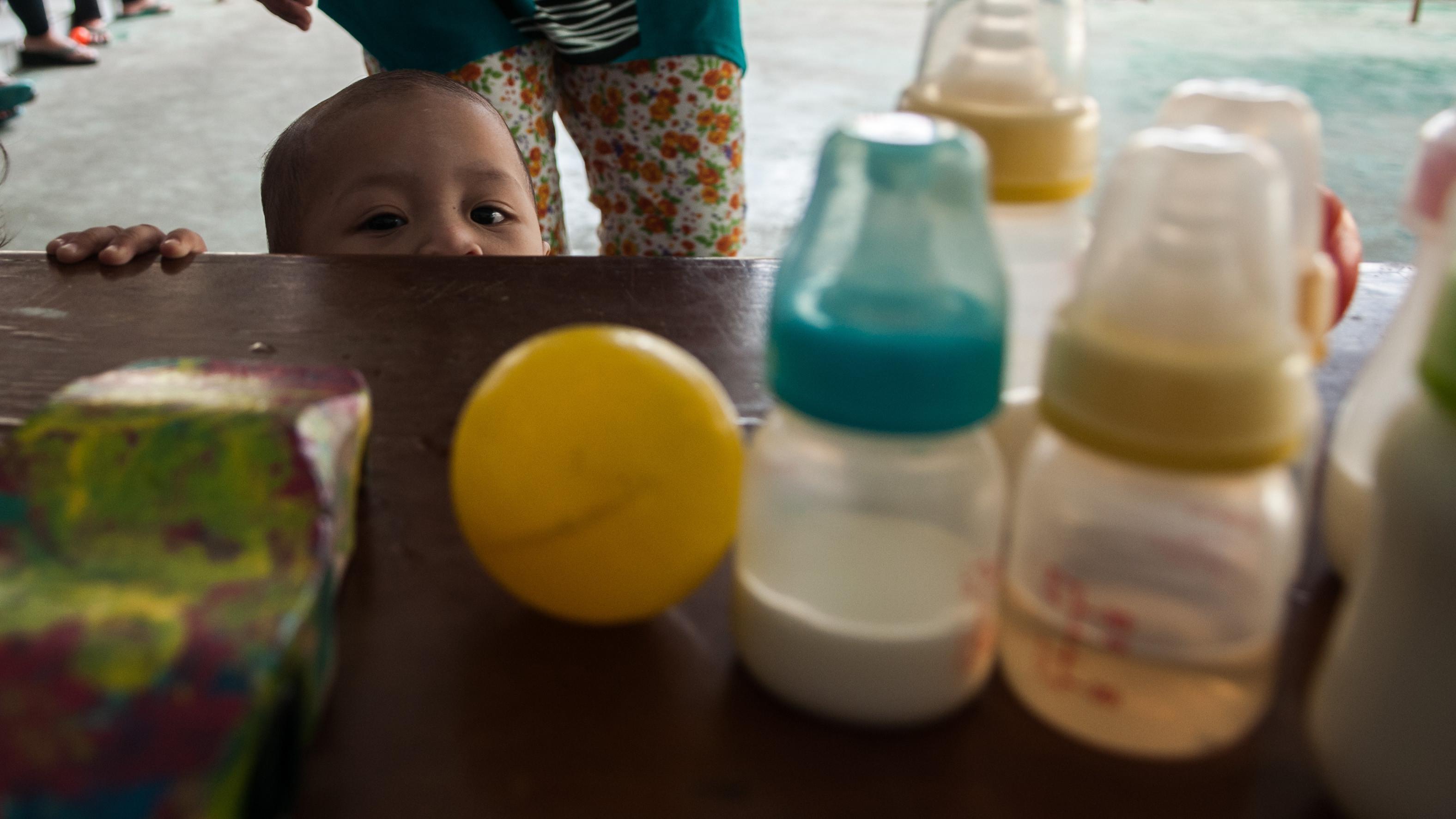Anak dari salah satu warga binaan Lapas Pondok Bambu sedang bermain di halaman lapas (Liputan6.com/Yoppy Renato)