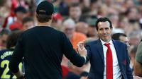 Pelatih Arsenal Unai Emery (kanan) berjabat tangan dengan Manajer Liverpool Jurgen Klopp usai bertanding dalam Liga Inggris di Stadion Anfield, Liverpool, Inggris, Sabtu (24/8/2019). Liverpool menang 3-1 dan kukuh di puncak klasemen sementara. (AP Photo/ Rui Vieira)