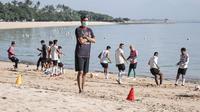 Pelatih Bali United, Stefano Cugurra Teco, memberikan variasi menu latihan berupa menggenjot fisik pemain di bibir pantai. (dok. Bali United)