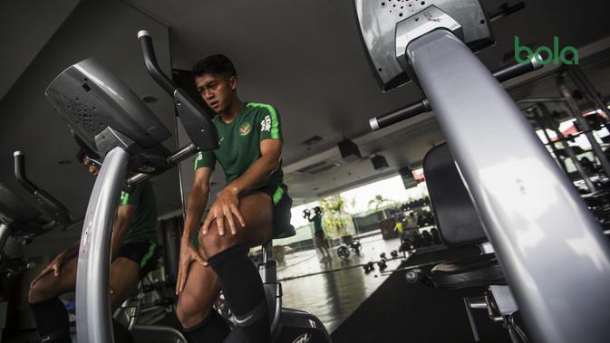 Pemain Timnas Indonesia, Febri Hariyadi, menjaga kondisi fisik di Hotel Grand Zuri, Jawa Barat, Senin (5/11). Pemusatan ini dilakukan sebagai persiapan jelang Piala AFF 2018. (Bola.com/Vitalis Yogi Trisna)