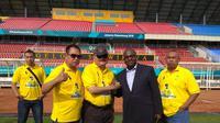 Mantan Gubernur Sumsel Alex Noerdin bersama Agen Ronaldinho Oliver Mandengue usai meninjau stadion GSJ Jakabaring Sport City (JSC) Palembang (Liputan6.com / Nefri Inge)