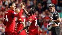 Striker Liverpool Sadio Mane (tengah) bersama Virgil van Dijk berselebrasi usai membobol gawang Newcastle United pada laga Liga Inggris di Anfield, Liverpool, Inggris, Sabtu (14/9/2019). Sadio Mane dan Mohamed Salah membawa Liverpool menghajar Newcastle 3-1. (AP Photo/Rui Vieira)