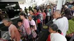 Sejumlah warga mengantre untuk mendapatkan semboko dari Presiden Joko Widodo di Istana Kepresidenan Gedung Agung, Yogyakarta, Sabtu (9/7). Open House ini diikuti oleh ribuan masyarakat yang berada di Yogyakarta. (Liputan6.com/Boy Harjanto)