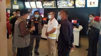 Perwakilan Pemerintah Kota Pekanbaru menyampaikan penutupan McDonald's karena kerumunan BTS Meal. (Liputan6.com/M Syukur)