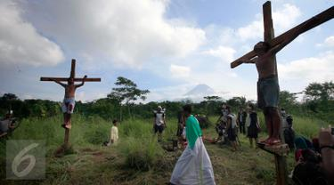 Umat katholik Mengikuti prosesi drama penyaliban Yesus Kristus di lereng Merapi Dusun Ponggol, Sleman, Yogyakarta, (25/3/2016) .Drama penyaliban di selenggarakan untuk memperingati Hari Raya Paskah.(Boy Harjanto)