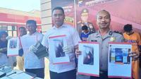 Direktorat Reserse Kriminal Umum (Ditreskrimum) Polda Jatim mengamankan lima orang tersangka pencurian mobil.(Foto:Liputan6.com/Dian Kurniawan)