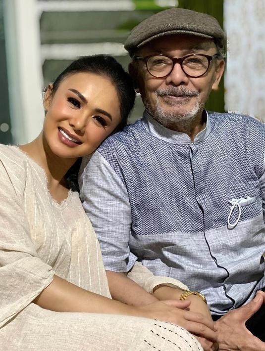 Yuni Shara terakhir bertemu sang ayah pada Juni silam. Saat itu ia sedang kerja di Bali, Yuni Shara pun menyempatkan diri bertemu dengan ayahnya. (Foto: instagram.com/yunishara36)