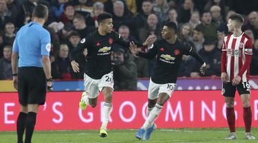 Penyerang Manchester United, Mason Greenwood (kedua kiri) berselebrasi dengan rekannya Marcus Rashford setelah mencetak gol ke gawang Sheffield United pada pertandingan lanjutan Liga Inggris di Stadion Bramall Lane (24/11/2019). MU bermain imbang 3-3 atas Sheffield Unite. (AP Photo/Jon Super)