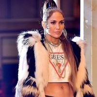 Jennifer Lopez jadi model Guess Jeans. (Sumber foto: twitter.com)