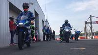 Andrea Iannone dan Alex Rins, dua pembalap Suzuki Ecstar, menjajal motor sport full fairing baru GSX-R125 di Sirkuit Silverstone, Inggris.
