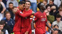 Para pemain Liverpool merayakan gol yang dicetak Roberto Firmino ke gawang Chelsea pada laga Premier League di Stadion Stamford Bridge, London, Minggu (22/9). Chelsea kalah 1-2 dari Liverpool. (AFP/Olly Greenwood)