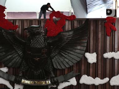 Pekerja mempercantik Ruang Rapat Paripurna I dengan peta Indonesia berwarna merah putih di kompleks Parlemen MPR-DPR RI, Senayan, Jakarta, Rabu (16/10/2019). Ruang paripurna DPR tampak dihias menjelang pelantikan presiden dan wapres terpilih pada 20 Oktober mendatang. (Liputan6.com/Johan Tallo)