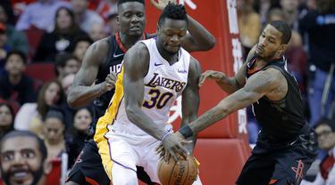 Pemain Lakers, Julius Randle (30) berusaha keluar dari kepungan dua pemain Rockets pada lanjutan NBA basketball game di Toyota Center, Houton, (31/12/2017). Rockets menang 148-142. (AP/Michael Wyke)
