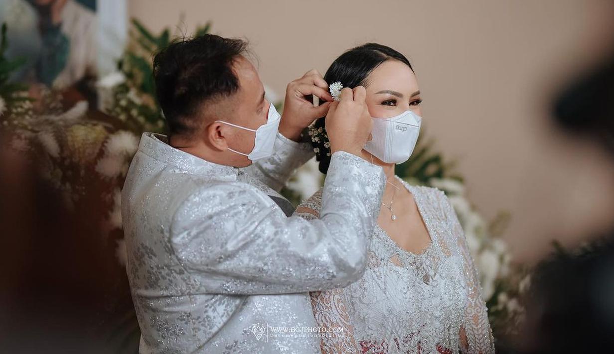 Kalina Oktarani dan Vicky Prasetyo, seharusnya menikah pada 21 Februari 2021 lalu. Namun karena ada beberapa hal, terpaksa ditunda sampai bulan Maret, kabarnya. Terkait hubungan keduanya, banyak yang menyebutkan kalau hanya sekadar settingan. Benar kah? (Instagram/kalinaoctaranni)