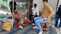 Calon Wakil Wali Kota Surabaya, Armuji bersama youtuber Andi Sugar berkeliling Surabaya untuk menikmati kuliner khas asli Kota Pahlawan yang sampai hari masih bertahan bergelut dengan makanan cotarasa modern, Senin (5/10/2020).