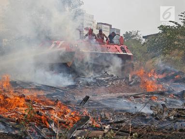 Tank MT-LBu-GPM-10 melakukan pemadaman api saat diuji coba di kawasan Cakung, Jakarta, Rabu (24/7/2019. Tank tersebut mampu dioperasikan di lokasi yang mudah maupun sulit dijangkau. (Liputan6.com/Herman Zakharia)