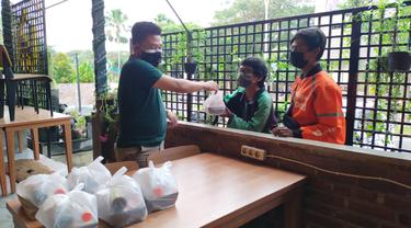 Jonsun Wakum membagikan paket makanan dan jamu herbal buatannya. (Dian Kurniawan/Liputan6.com)