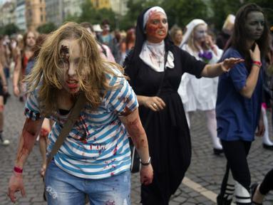 Para peserta memakai kostum ala Zombie saat Parade Zombie di Praha, Ceko, Sabtu (24/05/2014) (AFP PHOTO/Michal Cizek)