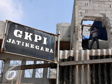 Pekerja membongkar Gereja Kristen Protestan Indonesia (GKPI) di Jatinegara, Jakarta Timur, Sabtu (25/7/2015). Gereja ini terpaksa dibongkar karena tidak mempunyai Ijin Mendirikan Bangunan (IMB). (Liputan6.com/Johan Tallo)