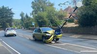 Mobil menabrak tiang lampu (Facebook/Isle of Wight Police)