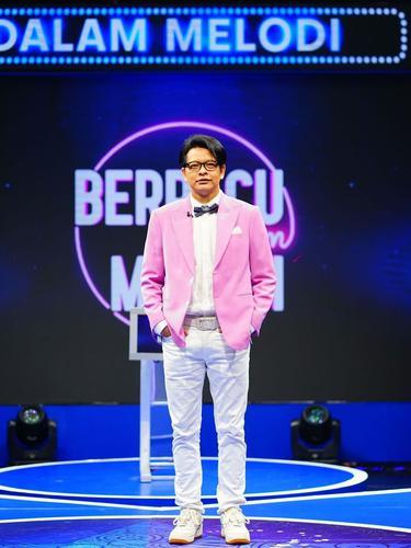 Armand Maulana sebagai host kuis Berpacu Dalam Melodi (https://www.instagram.com/p/COU4e8-LqL0/)
