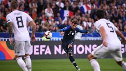 Penyerang Prancis, Antoine Griezmann menendang bola ke ke gawang Jerman pada laga UEFA Nations League di Stadion Stade de France, Paris, Selasa (16/10). Dua gol Griezmann membawa Prancis menaklukkan Jerman 2-1. (FRANCK FIFE/AFP)
